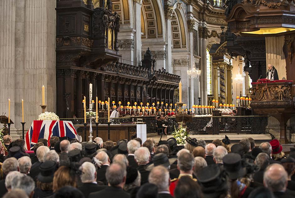 Епископ Лондона читает псалом в соборе святого Павла на похоронах Маргарет Тэтчер