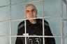 Пожизненно заключенные могут рассчитывать на два длительных свидания с родственниками в год. Они проводятся в специально отведенных помещениях и могут длиться до трех суток. Но приезжают к немногим: за весь 2018 год в «Торбеевском централе» было всего 15 свиданий. <br></br> Случается, что заключенные обретают семью, уже находясь в колонии. Александр Зубарев (осужден за убийство шести человек ради захвата имущества магазина) женился, отбывая пожизненное заключение в ИК-6. Будущую супругу он нашел через газету.