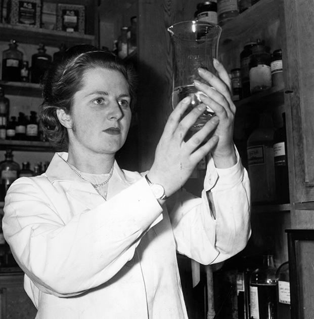 В 1943 году Маргарет Тэтчер (тогда еще Робертс) приехала в Оксфорд изучать химию. Через четыре года она получила диплом с отличием второй степени, став бакалавром естественных наук. В последний год она уже работала в лаборатории Дороти Ходжкин