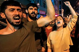 Участники антиправительственной демонстрации в Стамбуле