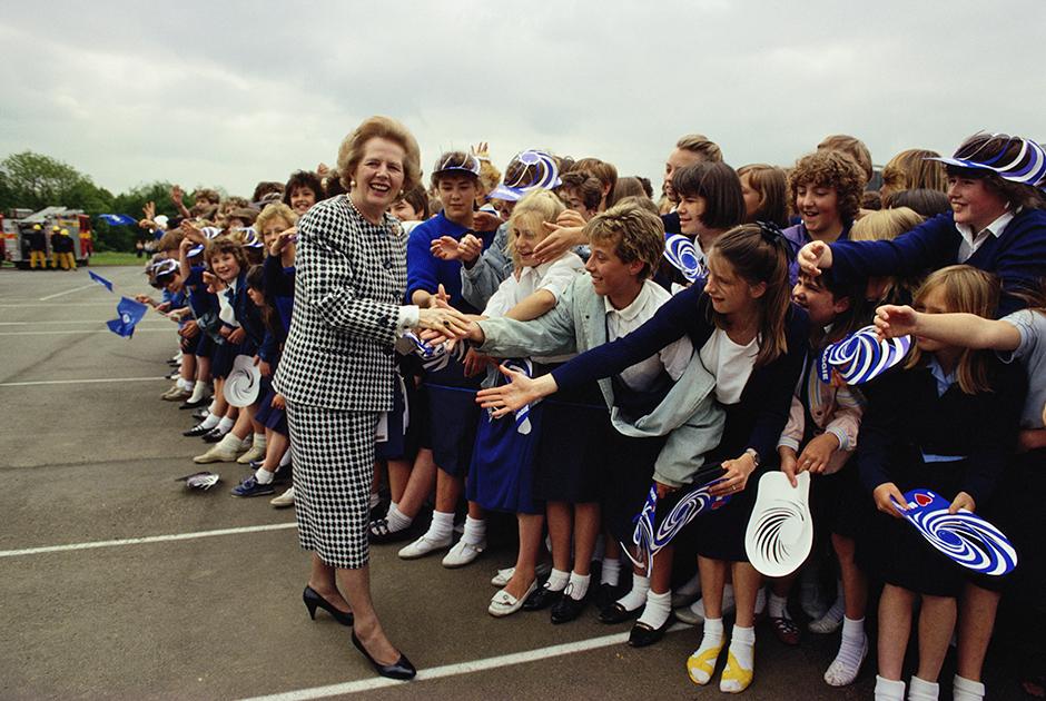 Маргарет Тэтчер приветствует юных сторонников, 1985 год