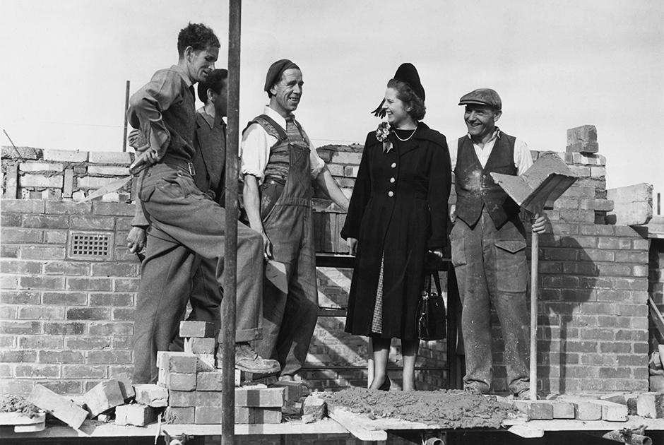 Кандидатка консервативной партии Маргарет Робертс с бригадиром каменщиков Джоном Хейсом во время агитационной поездки по избирательному округу, 13 октября 1951 года