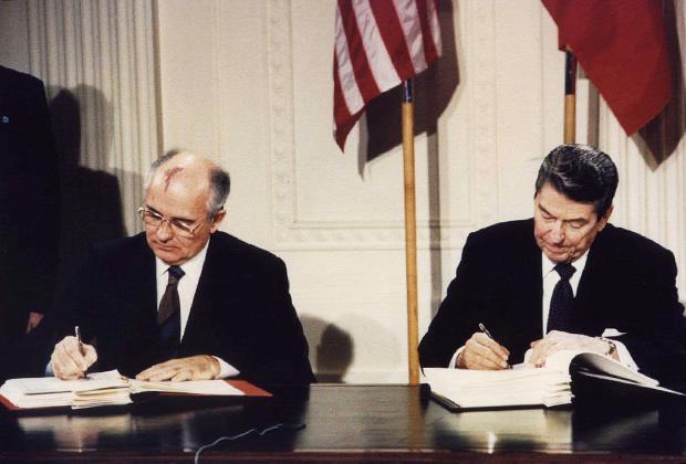Михаил Горбачев и Рональд Рейган подписывают ДРСМД
