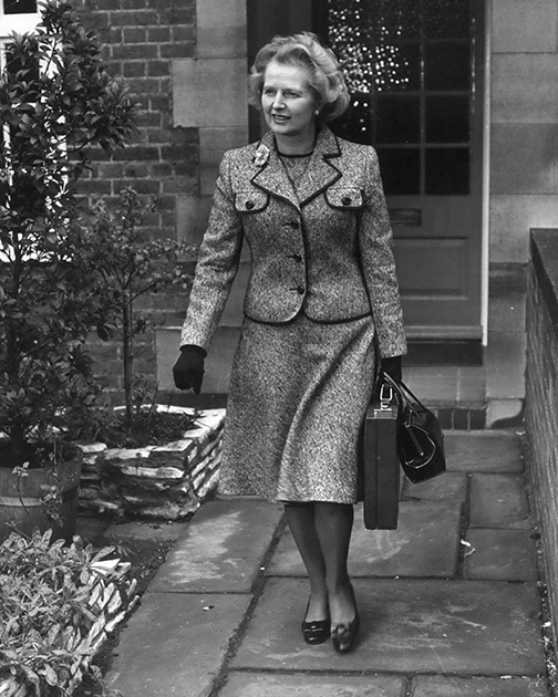 Первый этап голосования на выборах лидера консерваторов состоялся 4 февраля 1975 года в палате общин Великобритании. Кандидатка Тэтчер запечатлена выходящей из своего дома в Челси