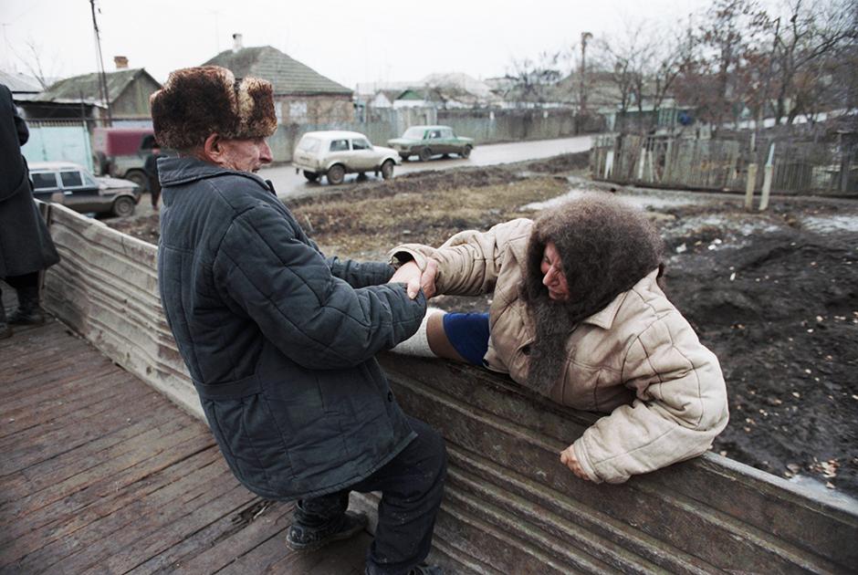 Беженцы покидают станицу Первомайскую. 17 декабря 1994 года