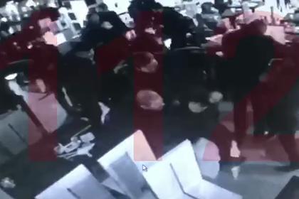 В центре Москвы посетители кафе устроили массовую драку с ножами