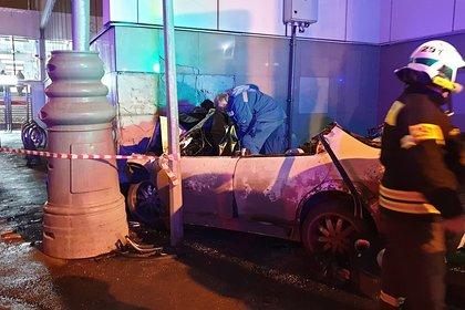 В Москве автомобиль сбил пешеходов и врезался в вестибюль станции МЦК