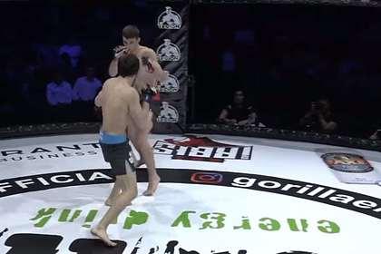 Брат Магомедшарипова придушил соперника в дебютном поединке