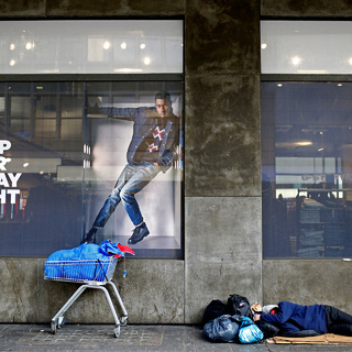 Бездомный на улице в центре Лондона