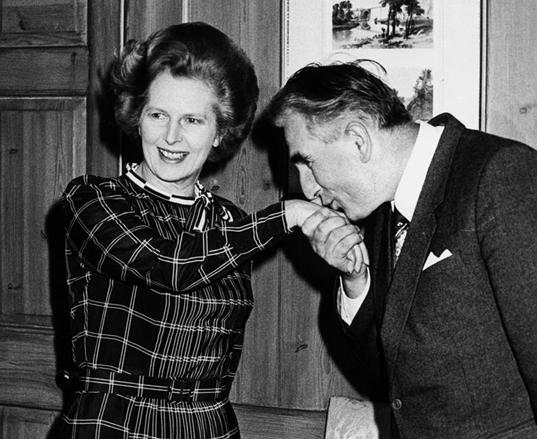 Премьер-министр Польши Юзеф Чирек целует руку премьер-министра Великобритании Маргарет Тэтчер во время их встречи на Даунинг-стрит, 10, Лондон, 1981 год