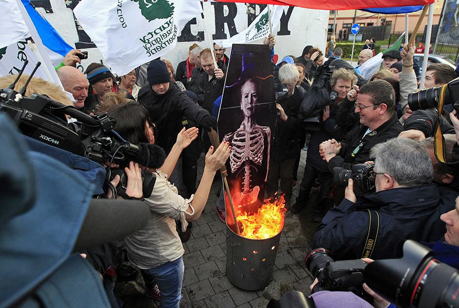 Сожжение карикатуры Маргарет Тэтчер после похорон