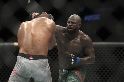 Бойцу UFC разорвало губу при нокаутирующем ударе
