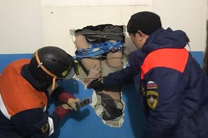 Россиянин уронил валенки в шахту вентиляции, полез за ними и застрял в стене
