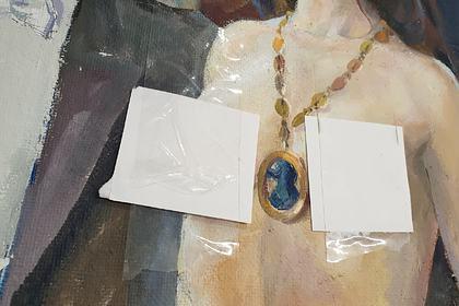 Голых женщин на картинах «одели» на выставке в российском городе