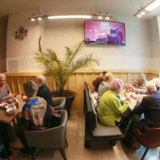 Посетители кафе «Добродомик» на Тушинской улице в Москве
