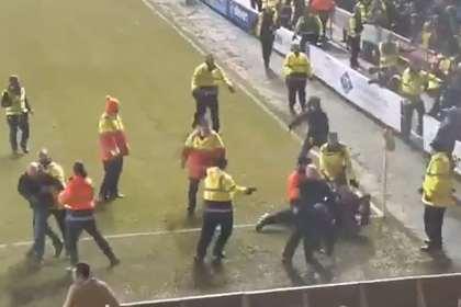 Британские фанаты устроили драку прямо на поле