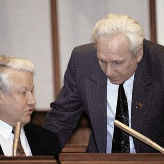 Первый президент России Борис Ельцин (слева) и руководитель администрации Сергей Филатов (справа)