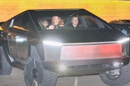 Илона Маска заметили за рулем бронированного электропикапа