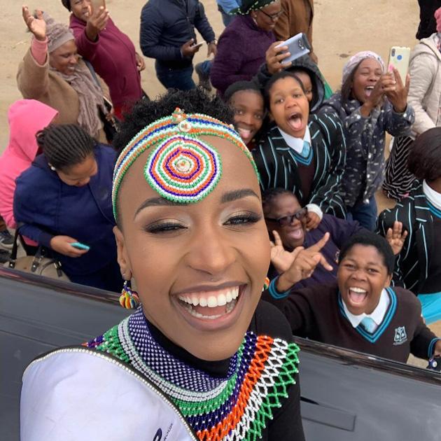 Когда Зозибини Тунци повзрослела, она переехала в Кейптаун — одну из столиц ЮАР. Там в 2018 году она получила степень бакалавра в области связей с общественностью и управлением имиджем в Технологическом университете.
