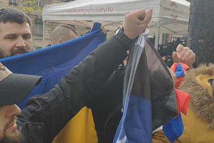 Украинцы в Париже разорвали флаг России