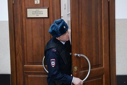 В России мать издевалась над дочерью и лишила ее жилья