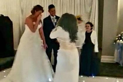 Незнакомка в белом платье потребовала остановить свадьбу и отхлестала жениха