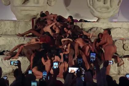Дочь Мадонны сымитировала оргию во время модного шоу
