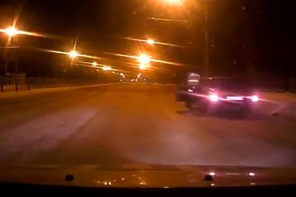 В России сотрудник ДПС на ходу запрыгнул в машину нарушителя и попал на видео