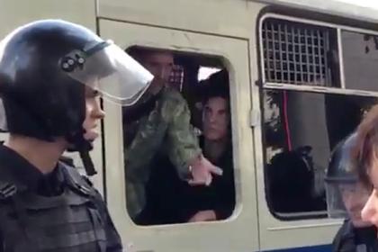 Участнику акции в Москве дали три года тюрьмы из-за выдавленного стекла автозака