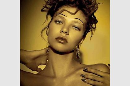 Российская модель снялась для журнала Vogue в металлическом топе на голое тело