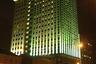 Бывшее здание нефтяной компании «ЮКОС» на Дубининской улице — один из первых современных московских небоскребов. По нынешним меркам это маленький небоскреб — 22 этажа, но для начала нового тысячелетия, когда его вводили в эксплуатацию, здание было настоящей диковинкой. Оно вписано в Павелецкий район, примерно в полукилометре от вокзальной площади и Садового кольца. Россияне в основном помнят небоскреб по новостям об аресте главы «ЮКОСа» Михаила Ходорковского и последующем банкротстве его компании. В 2007-м здание купила «Роснефть».<br><br>Лужкову приписывают высказывание «Я не хочу здесь как-то выпучиваться, какие-то гиперболы делать». Но «гипербол» он Москве и москвичам оставил в достаточном количестве — вольно или невольно.