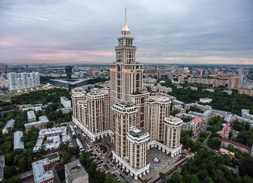 Застройщик «Алых парусов» к 2006 году возвел и 57-этажный ЖК «Триумф-палас» в сталинском стиле — один из самых высоких жилых комплексов в Москве: вместе со шпилем его высота достигает 264,5 метра. По состоянию на декабрь 2019-го в здании выставлено на продажу около 130 квартир.