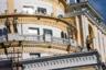 """Дом «Патриарх» в районе Патриарших прудов — тоже характерный пример лужковского стиля. Безумные объемы, вписанные в тихий Ермолаевский переулок, безумная архитектура с непонятной «улиткой» вместо крыши, безумная стоимость квадратного метра... Хотя могло быть и хуже — изначально архитектор планировал возвести на участке 12-этажный дом-яйцо. В настоящее время минимальная стоимость <a href=""""https://www.cian.ru/sale/flat/220138559/"""" target=""""_blank"""">квартиры</a> в жилом комплексе— 191 миллион рублей."""