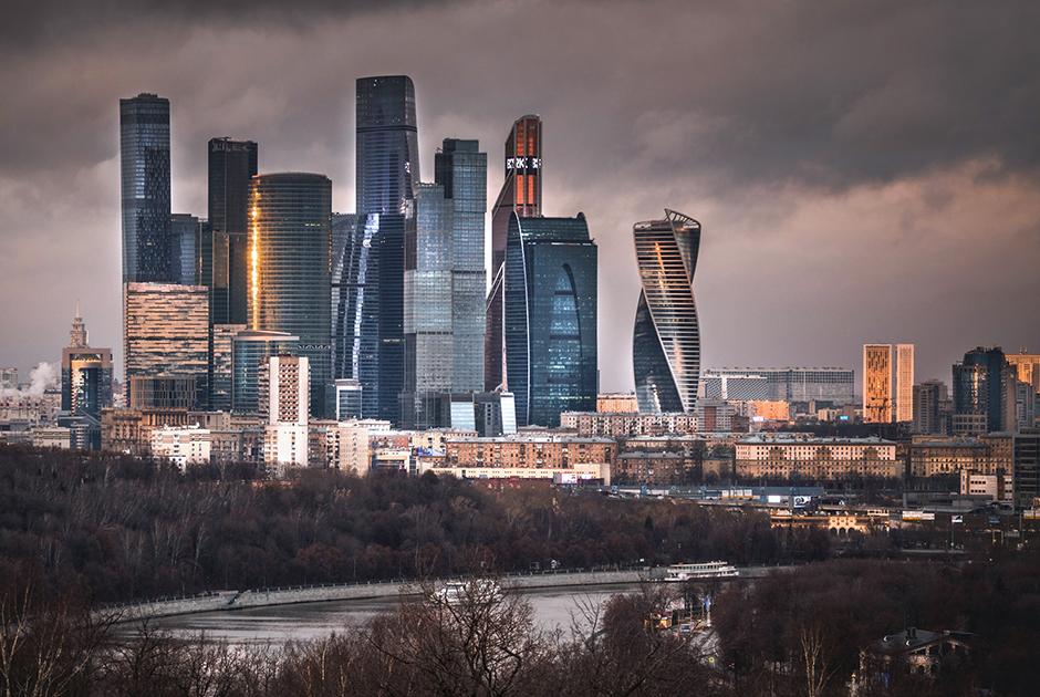 Международный деловой центр в столице начали строить тоже при Лужкове: проект задумали в 1992-м, но первый небоскреб — «Башня 2000» — появился в Москва-Сити уже в новом тысячелетии. Занятно, что в 2006-м тогда еще действующий мэр высказался против ММДЦ как офисного квартала, «лепить Манхэттен» Лужкову не хотелось. Но москвичи с новым деловым кластером давно свыклись. Да, это «каменные джунгли» (скорее бетонные). Многие известные люди даже купили здесь апартаменты. Их имен, как водится, риелторы не раскрывают.