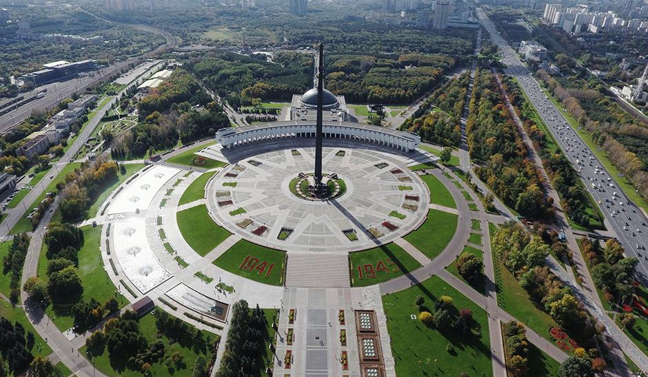 Мемориальный комплекс на Поклонной горе начинали строить еще в СССР, но в 1980-х проект заморозили из-за нехватки средств. При Лужкове стройка возобновилась в новых, грандиозных масштабах. Торжественная церемония открытия комплекса состоялась в 1995-м, в год 50-летия Победы. Позже на территории появились Мемориальная синагога, цветочные часы и еще несколько памятников. Фонтанный комплекс Парка Победы считается самым крупным в Москве, а 142-метровый монумент Победы — самым высоким в стране. Несмотря на аляповатость, Поклонную гору любят и москвичи, и гости столицы.