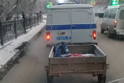 Российские полицейские погрузили труп в прицеп и поехали в морг
