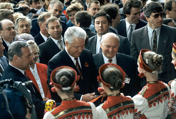 Борис Ельцин и Юрий Лужков на Красной площади в Москве, 1993 год