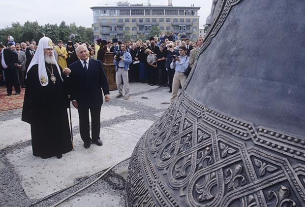 Патриарх Алексий II и Юрий Лужков на церемонии освящения Большого колокола храма Христа Спасителя, 1997 год