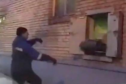Сотрудник «Почты России» сыграл в волейбол посылками и попал на видео