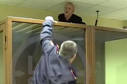 Предполагаемый убийца сумел выбраться из стеклянной клетки в суде Москвы