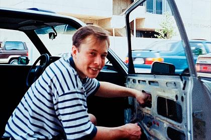 Опубликован снимок молодого Илона Маска за починкой сломанной машины