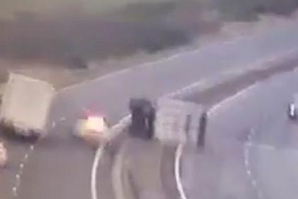 Грузовик сдуло ветром на полицейскую машину