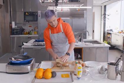 Блогер попытался нарезать хлеб традиционным способом и потерпел неудачу