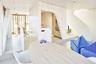 """Малоэтажность, лаконичность, естественные материалы, спокойные цвета, плавность форм — достоинства дома «Флибустьер» (англ. Freebooter — пират, морской разбойник) можно перечислять долго. Интерьеры соответствуют экстерьерам — сдавать в эксплуатацию «голые» апартаменты в Нидерландах не принято.<br><br>Деревянные здания, в том числе многоэтажные, кстати, с недавнего времени можно строить и в России — ограничения по нормам пожарной безопасности <a href=""""https://lenta1.ru/news/2019/09/06/poehavsh/"""" target=""""_blank"""">сняты</a>. Но пока явно выигрывают «панель» и монолит."""
