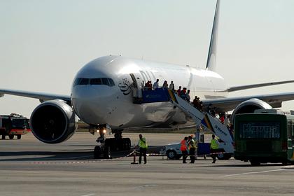 Бортпроводник ударил по лицу пассажира за смену места в самолете