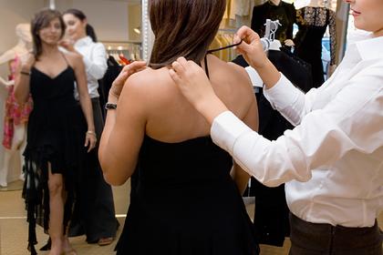 Продавец запретил девушке мерить платье из-за полноты и довел ее до слез