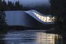 """Лучшим архитектурным снимком года стал <a href=""""https://lenta1.ru/photo/2019/11/23/arch_photo/"""" target=""""_blank"""">кадр</a>, сделанный Лорианом Гинитоу (фотограф румынского происхождения, живет в Германии). Это Музей современного искусства, расположенный в парке скульптур «Кистефос» в Норвегии. Мост-музей спроектирован датским архитектором Бьярке Ингельсом."""