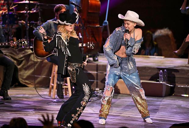 Одежду в ковбойском стиле часто надевают на концерты даже далекие от кантри и вестерн-культуры исполнители. Мадонна и Майли Сайрус в на шоу MTV Uplugged, 2014 год