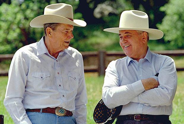 Лидеры США и СССР Рональд Рейган и Михаил Горбачев в ковбойских шляпах на ранчо Рейгана в Калифорнии. Нагрудные карманы рубашки президента США — изобретение XX века, позволившее отказаться от жилетки