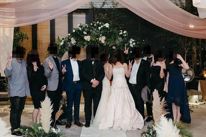 Мать невесты обвинили в попытке перещеголять дочь нарядом на свадьбе